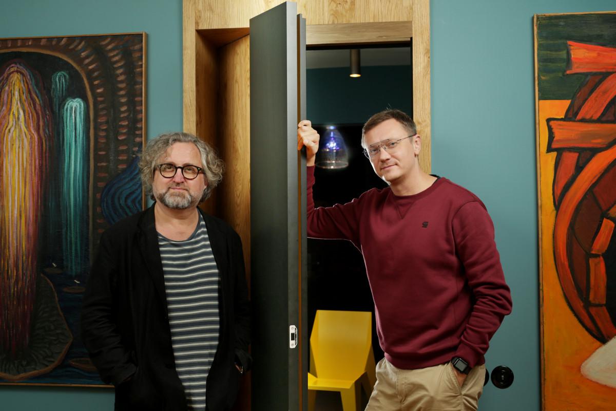režisér Jan Hřebejk a designer Petr Novague s dveřmi MUTEO