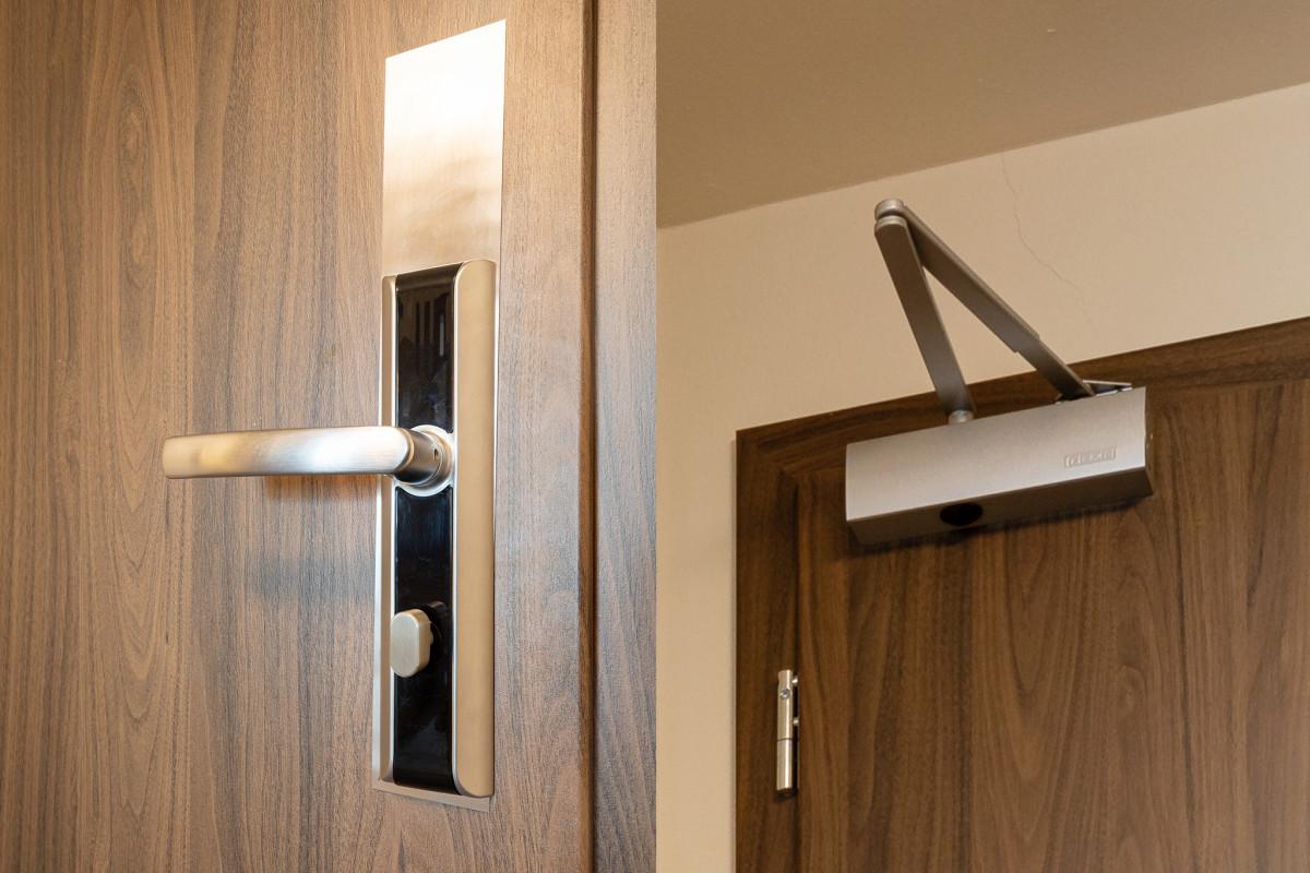 Vstupní dveře do bytu, kartový systém, samozavírač GEZE