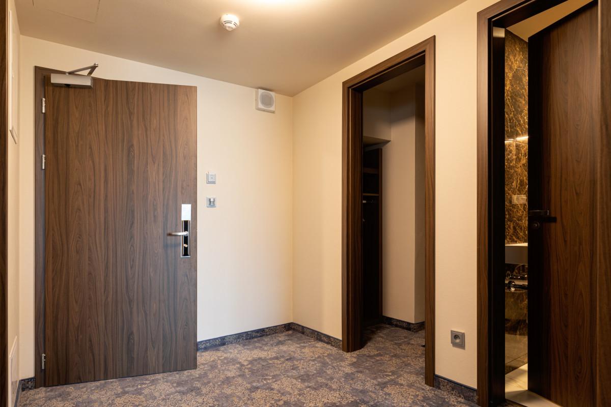 Vstupní dveře SAPELI Elegant 10, CPL ořech struktur